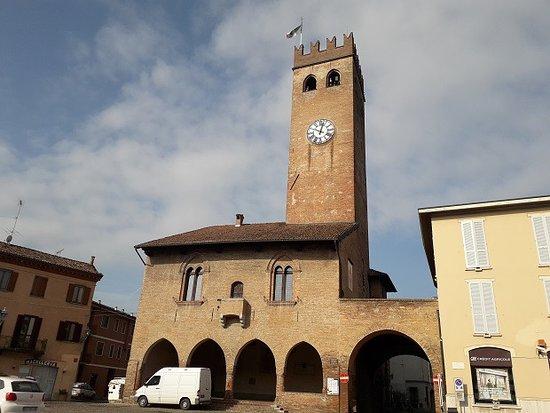 """Castelnuovo Scrivia, Włochy: Palazzo Pretorio con """"contorno"""" di autoveicoli"""