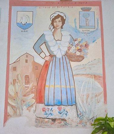Uno dei oltre 30 murales di Plataci - una donna in costume arbëreshë