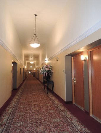 Best Western Plus Skagit Valley Inn and Convention Center : 20 ft ceilings in gracious hallway