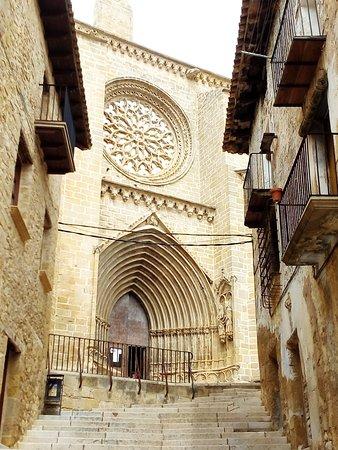 Iglesia de Santa María de Valderrobres desde la calle de subida a ...