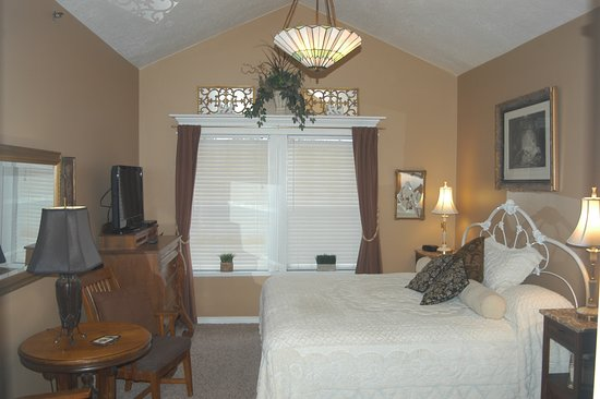 Big Yellow Inn Bed & Breakfast: Two Room Master Suite - King and Queen Bed