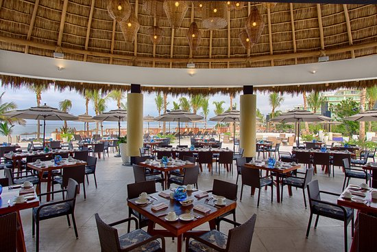 Marival Residences Luxury Resort: MozzaMare offers a 4-diamond service, gourmet food, pool and beach all with an oceanview