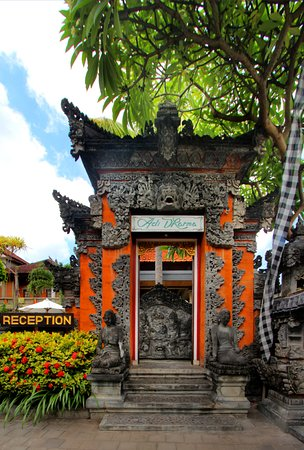 Adi Dharma Cottages: Balinese entrance at adi dharma as a reflection of magnificent culture of Bali