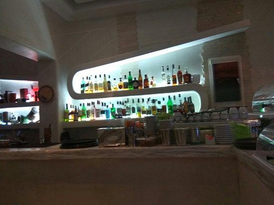 Ενας όμορφος χώρος για απολαύσεις ντόπιες ετικέτες κρασιών.