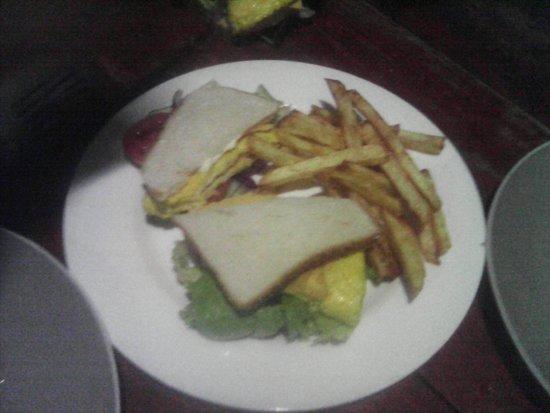 Playa Santo Domingo, Nicaragua: sandwich pollo y queso con papas fritas