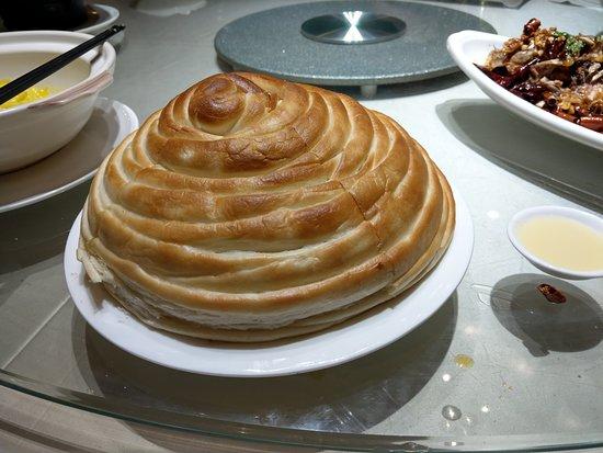 Jiamusi, China: 飯店的特色菜, 奶油花捲. 很美味, 但需趁熱吃, 冷了口感會變.
