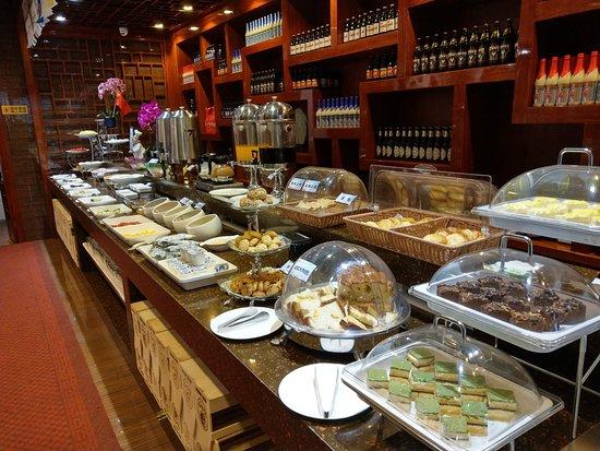 Jiamusi, China: 飯店的自助早餐, 有各式甜點