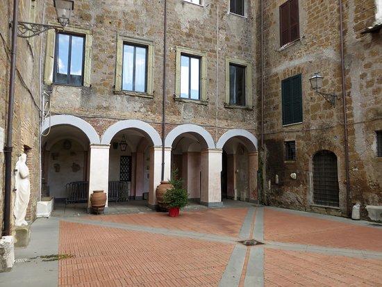 Sutri, Italie : portici dell'atrio comunale