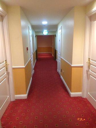 Holiday Inn Killarney: alleyway