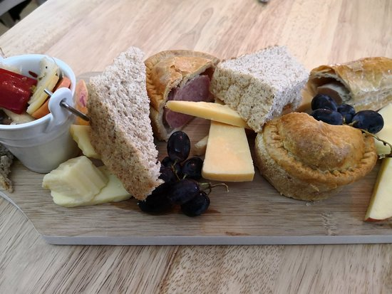 Edgworth, UK: Ploughman's lunch fresh and well presented.