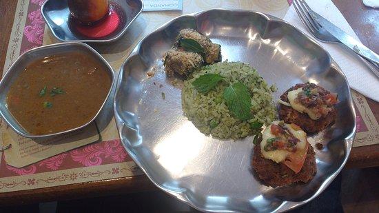 Gulab Hari: menu do dia, arroz com ervas, abobrinha recheada, caldo de lentilhas, hamburger de vegetais