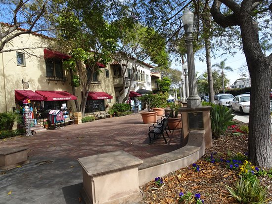 Coronado, Californië: Trees shade the plaza and the benches