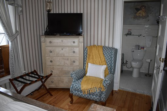 Skaneateles, NY: The DeEtta Room with Private Victorian Bath Room