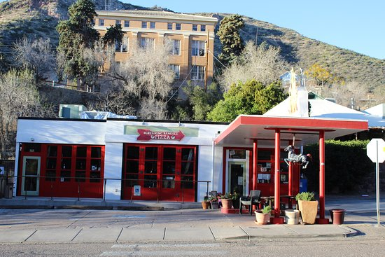 Screaming Banshee Pizza: Eat your pizza in the cozy repair bays of an old gas station in Bisbee.