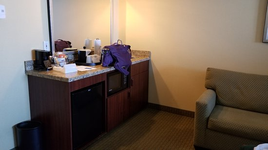 Hampton Inn Phoenix Airport North: Wet Bar Area And Couch In 1 King With