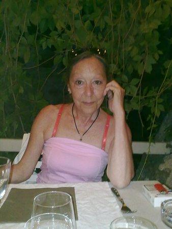 Banne, Frankrike: Un soir avec un ami au frais sous la tonnelle
