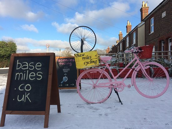 Hookwood, UK: We support all travelers by bike local and international. We service and maintain bikes near Gat