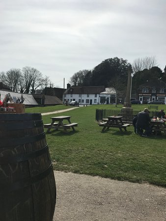East Dean, UK: Sitting outside pub, view opposite