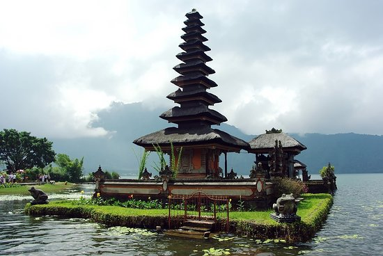 Batubulan, Indonésie : Ulundanu Temple at Bedugul