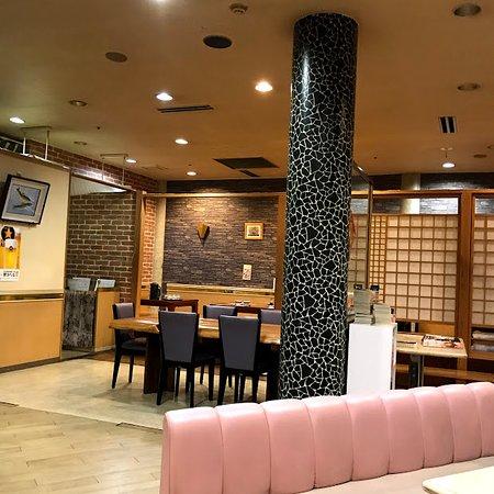 中華料理店の飾り、趣きの一切ない店内
