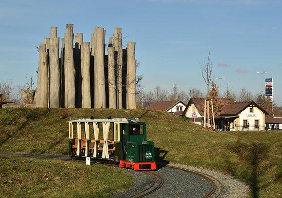 Brno, Czech Republic: Pohled na soupravu v obloukovém klesání kolem kůlového bludiště