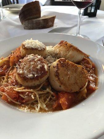 Edward's Fine Food & Wine: Huuggee Scallops