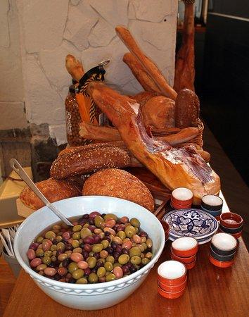 Dungarvan, Irlandia: Fresh bread, olives, ham, Taste of 360.