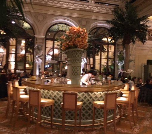 Palm Court: Bar in center of restaurant