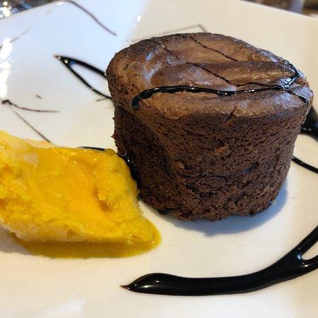 La Felguera, إسبانيا: Variado de tortos, tempura de verduras, anchoas, macarons de morcilla, atún rojo a la plancha, t