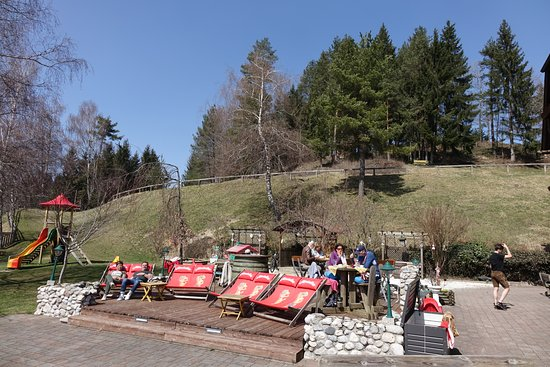 Landgasthof Ploeschenberg: Nett und einladend: Die Plätze im Garten des Lokals