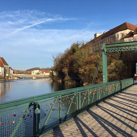 Museumssteg. Im Vordergrund die Fußgänger-/Radbrücke über den Steyr-Fluss.