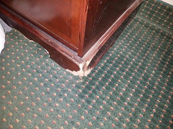 Days Inn by Wyndham Arlington/Washington DC: Damage furniture