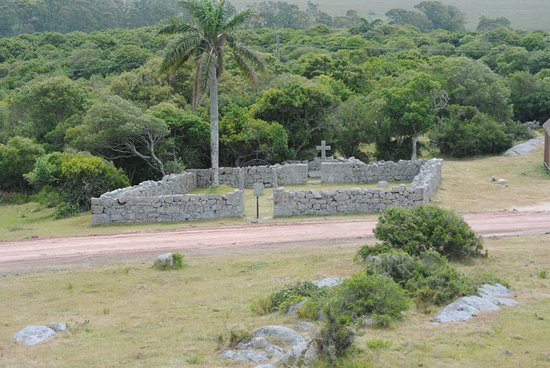 Fortaleza Santa Teresa: Vista del camposanto contiguo a la fortaleza