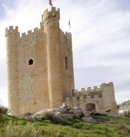 Castillo de Alcalá del Júcar: vista de la torre pentagular, no perderse las escaleras de caracol