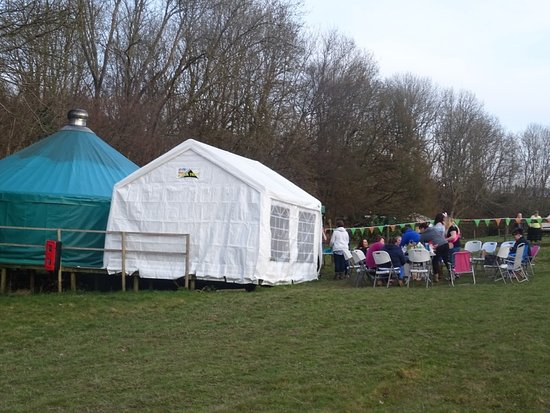 Staplecross, UK: 10 person yurt with covered eating area