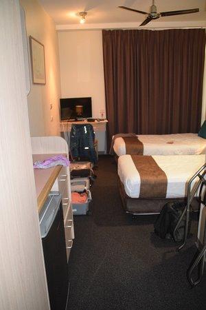 queen bedroom - Picture of Mariners Court Hotel, Sydney