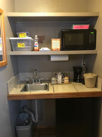 Red Stone Inn: Kitchenette in room, located in a corner of the room