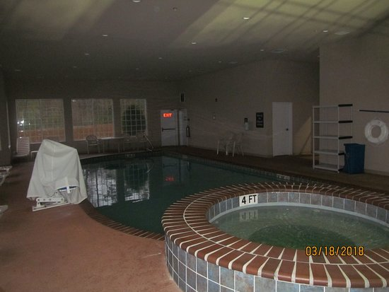 Sleep Inn & Suites I-20: Pool in the morning (the lights were out even though it was technically open).