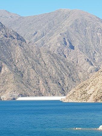 Potrerillos Dam : El dique, en un marco de agua y montañas