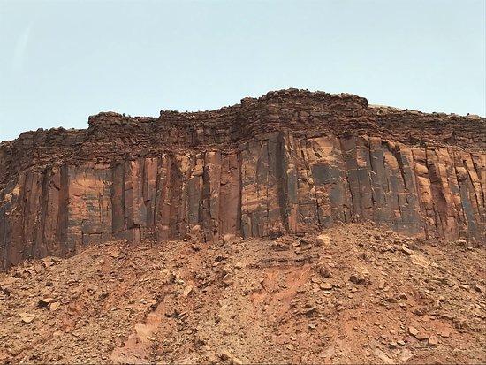 Monticello, Γιούτα: Nearby cliffs with similar dark varnish over lighter red rock