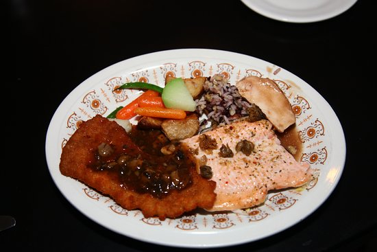 Creemore, Canadá: Veal schnitzel, baked trout, chicken, rice pilaf and veggies