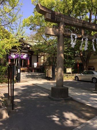 Inage Shrine: 大鳥居と本殿の様子