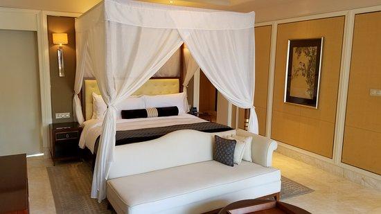 Conrad Sanya Haitang Bay: King size Bed with Sofa !!!