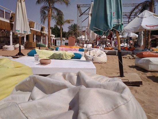 Terrazzina Beach: Столики у моря