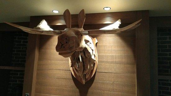 Nurmes, Finlande : Cool wooden moose in the hotel lobby