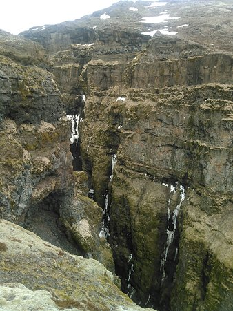 Акранес, Исландия: Waterfall Glymur 198m. The highest in Iceland. There are several trails from the Parking lot. 3.
