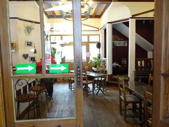 Nancroix, فرنسا: L'entrée, à gauche le bar à droite le coin cheminée et la salle à manger