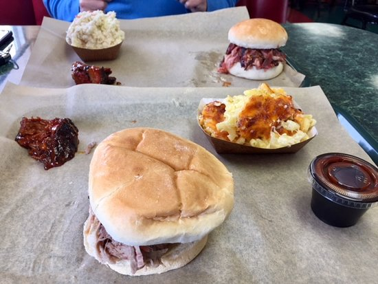 Elizabethtown, Pensilvania: Pulled pork and ribs sandwiches, coleslaw and mack and cheese.