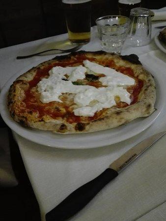Ristorante Pizzeria Quattro Soldi: Pizza con straccetti di burrata