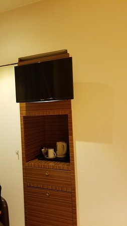 Holiday Inn Turin City Center: TV and coffee area; there is a refrigerator as well.